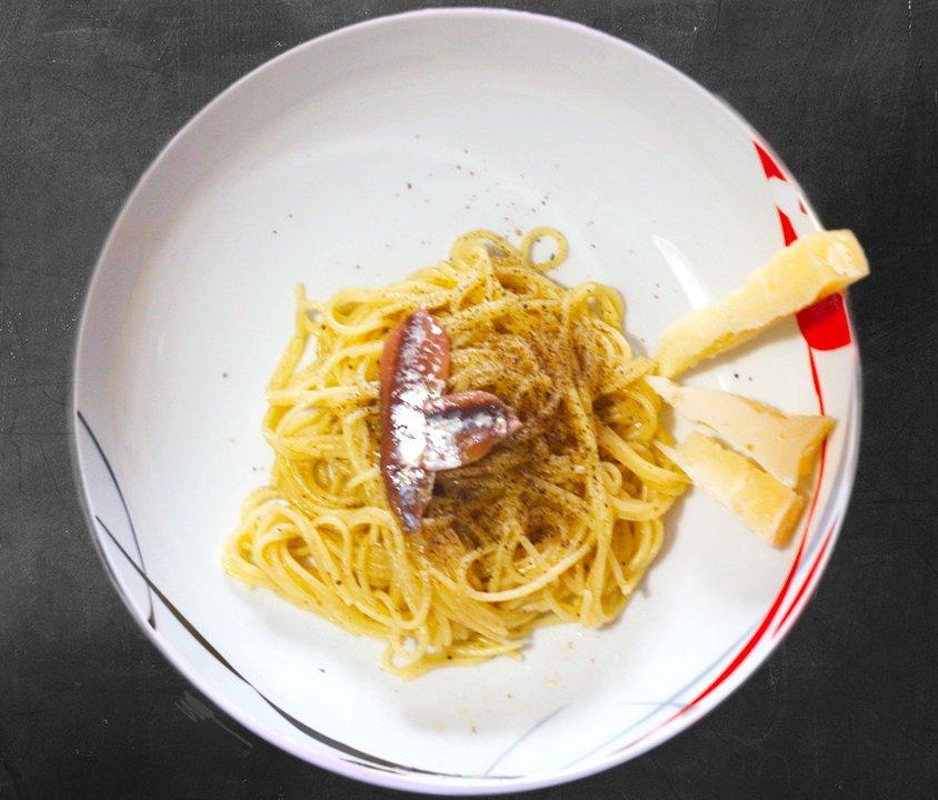 Spaghetti con cacio, pepe ed acciughe